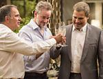 Eurico (Humberto Martins), Eugênio (Dan Stulbach) e Dantas (Edson Celulari) brindam