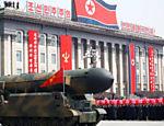 Pessoas celebram enquanto míssil é apresentado em parada militar na Coreia do Norte