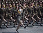 Soldadas do Exército Popular da Coreia marcham pela praça Kim Il-Sung, durante um desfile militar que marca o 105º aniversário do nascimento do líder norte coreano Kim Il-Sung, em Pyongyang