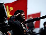 Soldado bate continência em veículo blindado durante desfile militar que marca o 105º aniversário de nascimento do pai fundador do país, Kim Il Sung, em Pyongyang