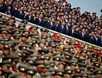 Soldados norte-coreanos, oficiais e funcionários de alto escalão do governo assistem desfile militar que marca o 105º aniversário de nascimento do pai fundador do país, Kim Il Sung, em Pyongyang, Coréia do Norte