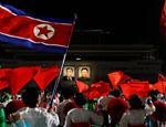 Retratos do fundador da Coréia do Norte Kim Il Sung e do líder Kim Jong Il são iluminados durante comemoração em Pyongyang, Coréia do Norte