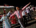 Apresentação de dança como parte da comemoração do 105º aniversário de nascimento do fundador da Coreia do Norte, Kim Il Sung, em Pyongyang