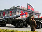 Mísseis são conduzidos durante desfile militar que marca o 105º aniversário de nascimento do fundador da Coreia do Norte, Kim Il Sung, em Pyongyang