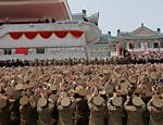 O ditador norte coreano Kim-Jong Un é aplaudido por oficiais durante parada militar em Pyongyang