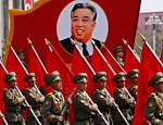 Soldados marcham em frente ao retrato do fundador da Coreia do Norte, Kim Il Sung durante um desfile militar que marcando seu 105º aniversário de nascimento em Pyongyang