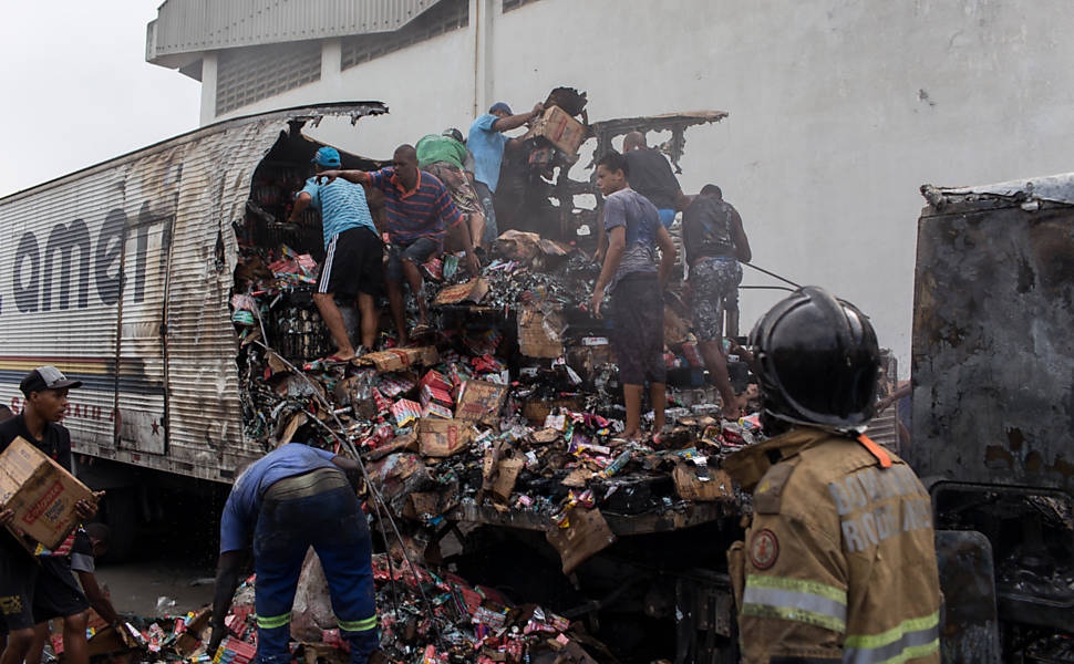 Traficantes ateiam fogo em veículos no Rio