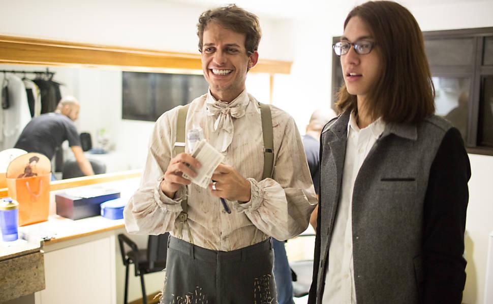 """Protagonista do musical """"Homem de la Mancha"""", Cleto Baccic recebe o filho, Victor Han, 21, no camarim"""