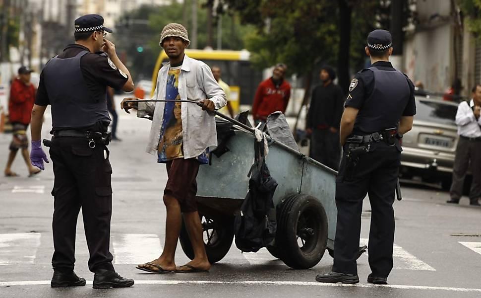 Policiais revistam pessoas na Cracolândia