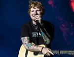 Ed Sheeran entreteu um estádio de futebol sozinho, sem banda ou dançarinos