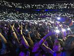 O cantor recuperou o hit que o lançou à fama, ?The A Team?, acompanhado de telas acesas por todo o estádio