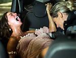 Jeiza (Paolla Oliveira) faz o parto de Ritinha (Isis Valverde) dentro de táxi durante um tiroteio