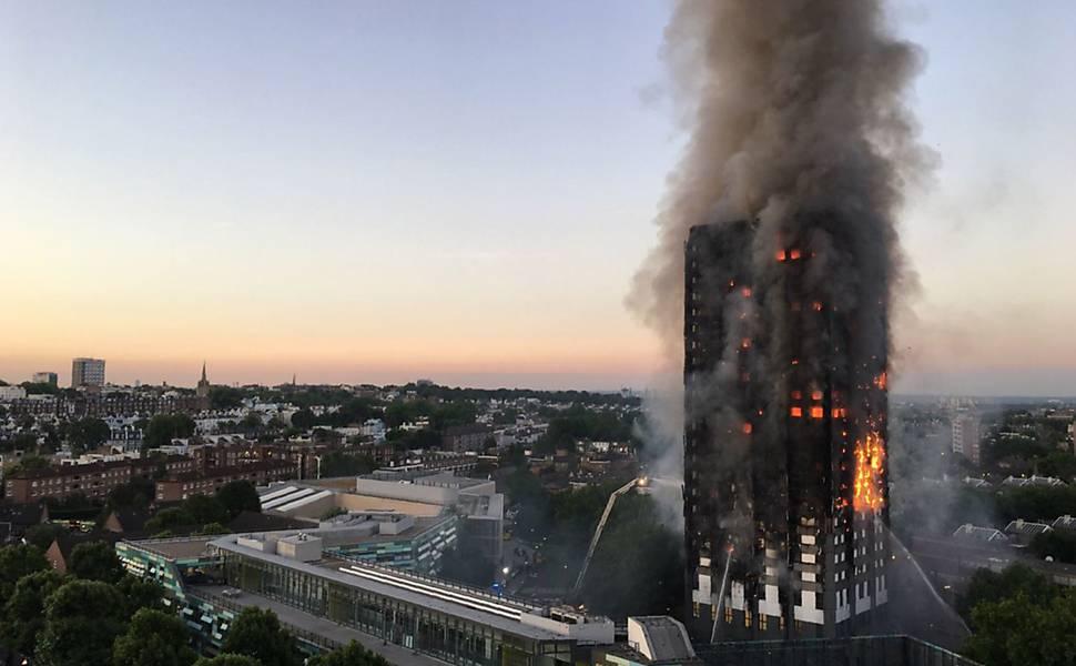 Resultado de imagem para Número de mortos em incêndio em Londres sobe para 79, diz polícia
