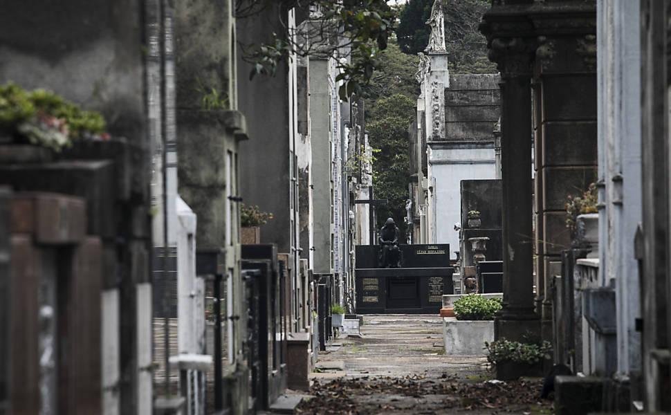 Paulistano enfrenta via-crúcis para enterros