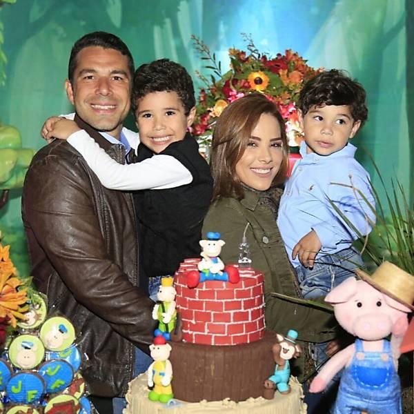 Família reunida e feliz ontem no espaço incrível da @planetakidsoficial!! Parabéns @vivodesejo e @luchocolates por essa festa linda!! Nada é mais gratificante do que concretizar os sonhos de uma criança! Ver meus filhos felizes não tem preço! ❤️
