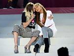 Miley Cyrus e Ariana Grande, amigas de longa data, se apresentam juntas no show One Love Manchester, em prol das vítimas do atentado ocorrido na cidade inglesa em maio