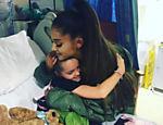 A cantora visita uma das crianças feridas no atentado terroristas durante a saída de um de seus shows na cidade de Manchester, em maio