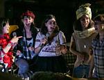 As five cantando no videokê