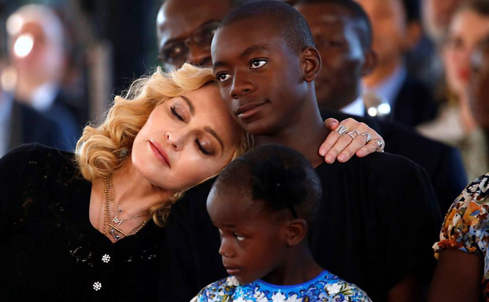 Madonna inaugura hospital no Maláui