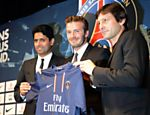 Nasser Al-Khelaifi (esq.), presidente do PSG, durante apresentação de David Beckham (centro), junto com Leonardo, na época diretor esportivo do clube