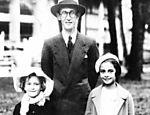 Para agradar a família chegou a cursar, em 1923, Odontologia e Farmácia, em Belo Horizonte. Mas nunca exerceu o ofício. Casou-se em 1925 com Dolores Dutra de Morais. Na foto, Drummond com sua filha Maria Julieta [esq.] e amiga, em 1935, no Rio de Janeiro (RJ)