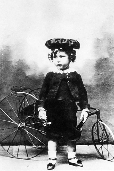 Mineiro de Itabira, o poeta Carlos Drummond de Andrade nasceu no dia 31 de outubro de 1902. Era o nono filho de Carlos de Paula Andrade, fazendeiro, e Julieta Augusta Drummond de Andrade