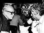 Em 1987, Drummond foi homenageado com o samba-enredo ?O reino das palavras?, pela Estação Primeira de Mangueira, que se sagrou campeã do Carnaval. Na foto, o poeta conversa com o compositor Hermínio Bello de Carvalho