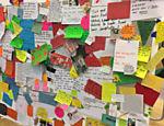 Reclamações deixadas por visitantes na instalação 'Complaints Department', das Guerrilla Girls