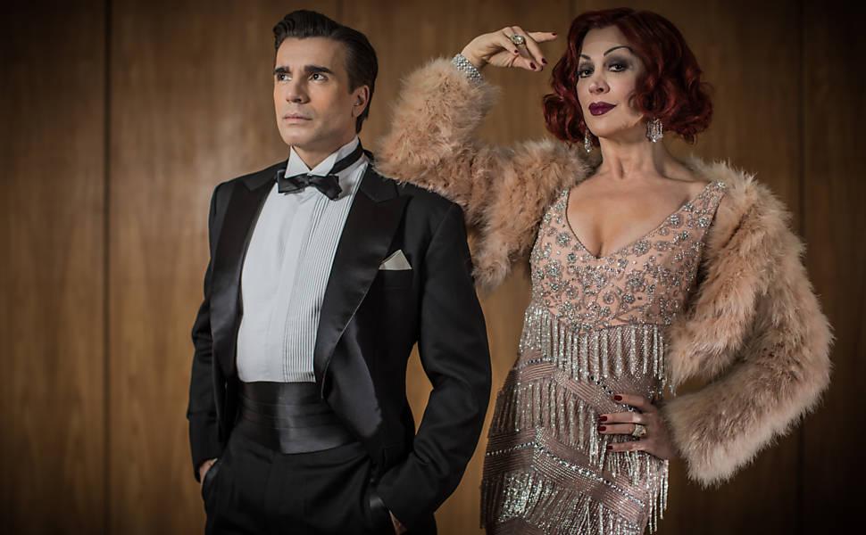 Os atores Claudia Raia e Jarbas Homem de Melo são retratados no hotel Emiliano, caracterizados como os personagens Don Lockwood e Lina Lamont do musical