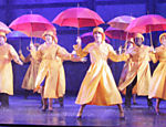 Claudia Raia (centro) na cena final, quando chove no musical