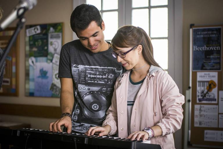 Guto e Benê tocando teclado