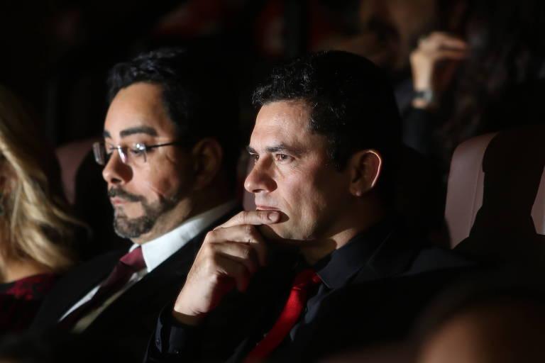 """Os juízes Sergio Moro e Marcelo Bretas durante sessão do filme """"Polícia Federal - A Lei é para Todos"""""""