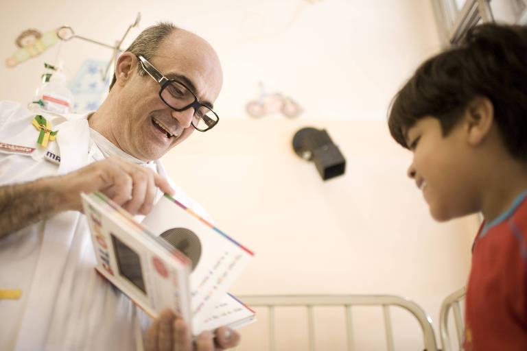 O fundador da Associação Viva e Deixe Viver participa de sessão de contação de histórias no Hospital Emílio Ribas, em São Paulo