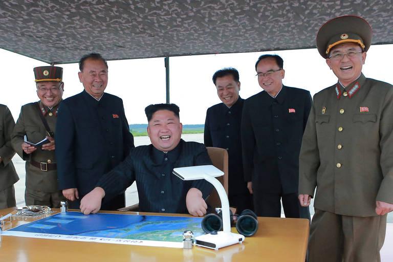 O ditador Kim Jong-un acompanha o lançamento de míssil norte-coreano que sobrevoou o norte do Japão