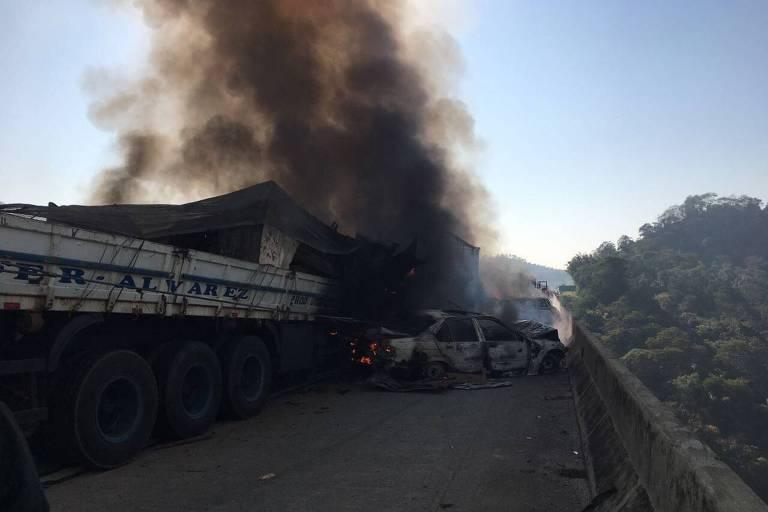 Acidente com 31 veículos provoca incêndio e morte na Carvalho Pinto, em Jacareí