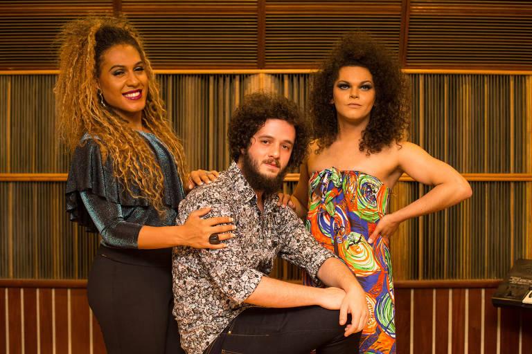 Os três integrantes da banda posam para foto