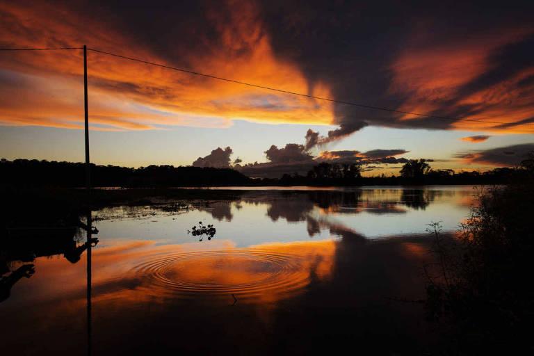 Pôr do sol no rio Paraguai, no Pantanal Mato-Grossense