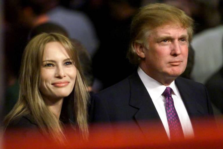 Melania e Donald Trump sentados próximos ao ringue onde acontecerá a luta entre os pesos-pesados Lennox Lewis e Michael Grant, no Madison Square Garden, em Nova York