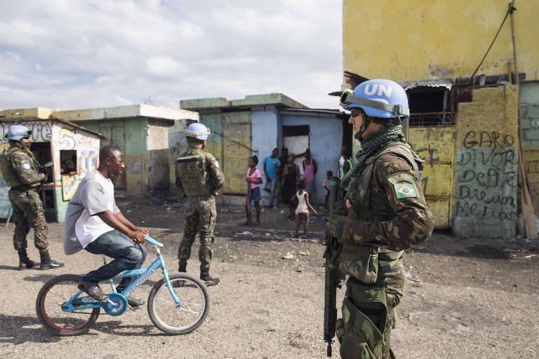 Militares do Exército Brasileiro fazem última visita ao bairro de Cité Soleil, o mais violento de Porto Príncipe, no Haiti