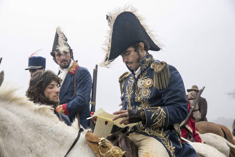 Joaquim (Chay Suede), Chalaça (Romulo Estrela) e Dom Pedro (Caio Castro) com a carta.