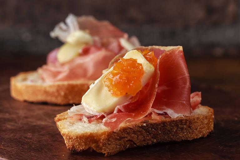 Tapas espanholas de presunto cru e queijo brie