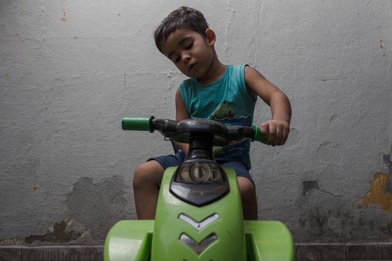 Luiz Gustavo Marques dos Ramos, 3, baleado em troca de tiros na Vila Nhocuné, na zona leste de São Paulo, saiu do hospital e voltou para casa após passar dias na UTI
