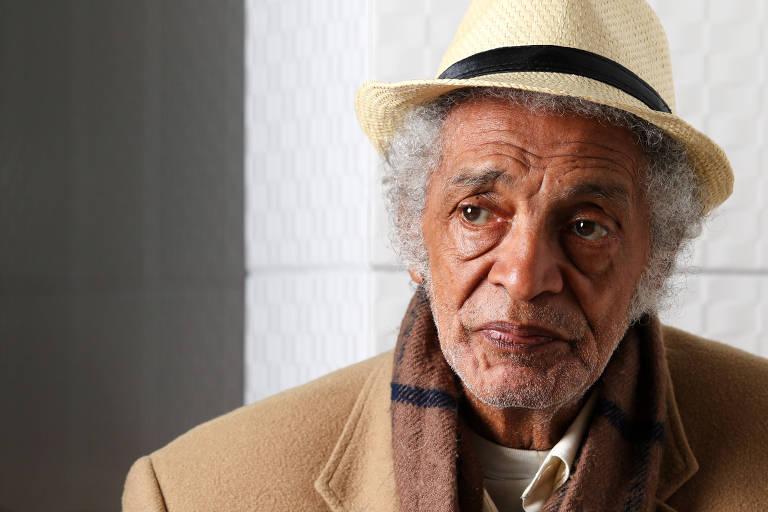 O compositor parnanguara Waltel Branco, 87 anos, em um café de Curitiba, onde morava