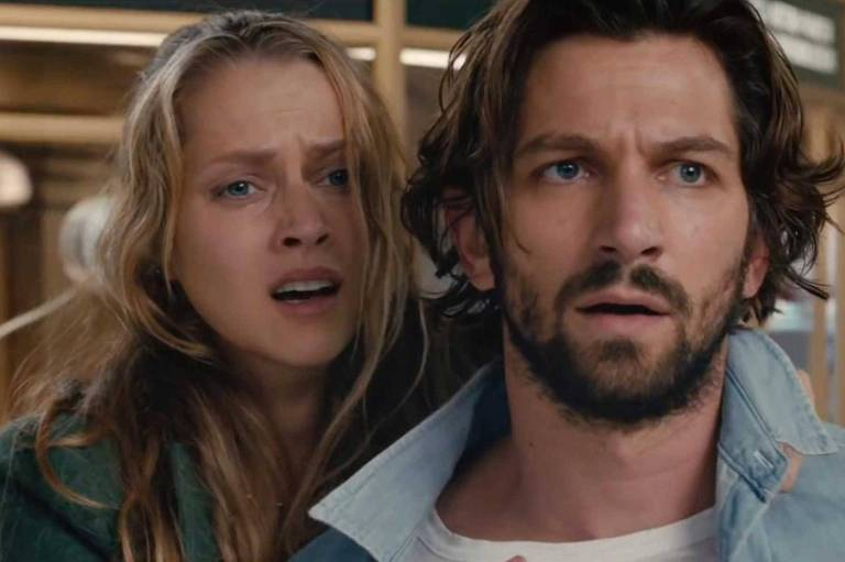 Teresa Palmer e Michiel Huisman em cena do filme '2:22 - Encontro marcado'