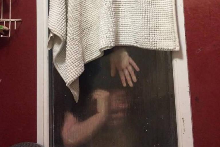 Mulher fica presa em janela ao tentar se livrar de fezes