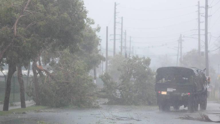 Um caminhão passa por árvores caídas após passagem do furacão Irma em Porto Rico