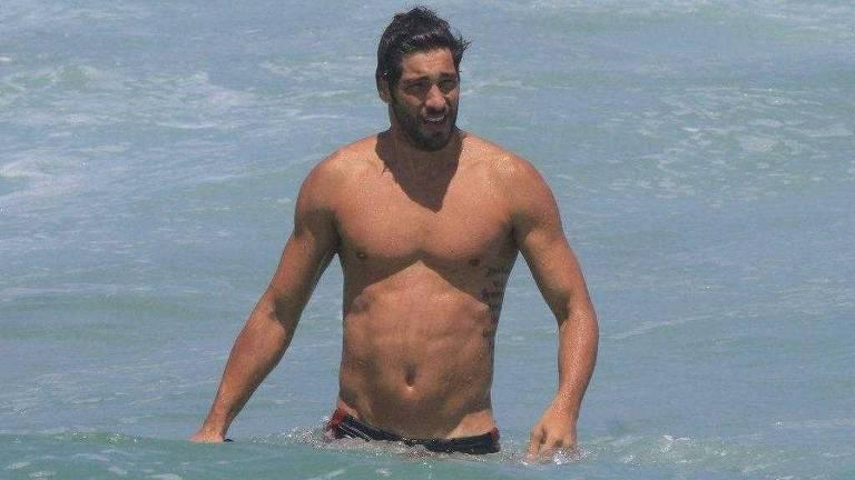 O ator Victor Pecoraro na praia da Barra, no Rio
