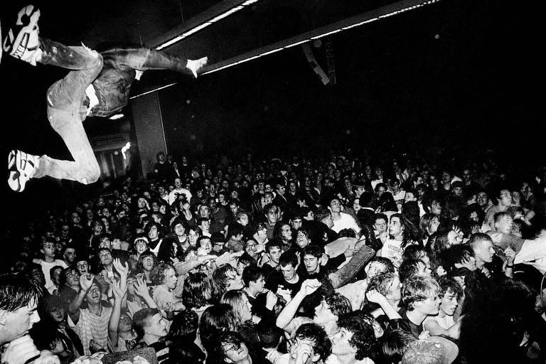 """Imagem da exposicao  """"Samsung Rock Exhibition: Nirvana: Taking Punk to the Masses"""", composta por acervo de 199 peças"""
