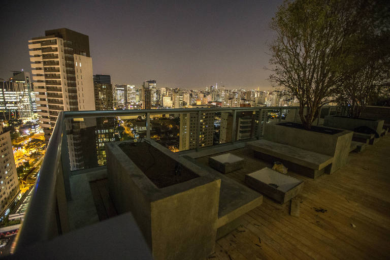 No alto de edifício, casa também tem happy hour e jantar