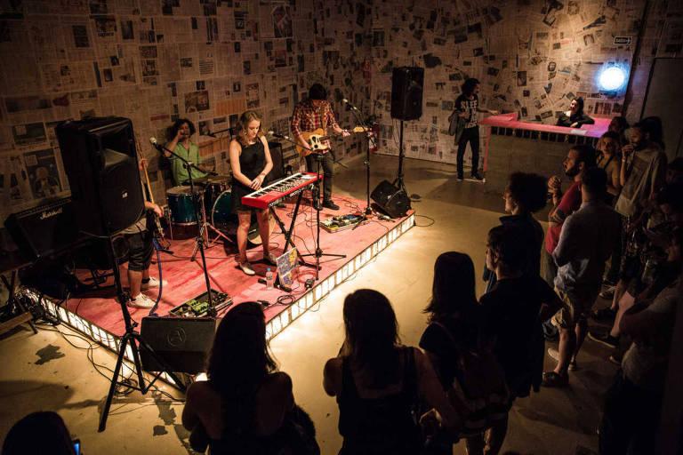 A banda Garotas Suecas se apresenta no Breve